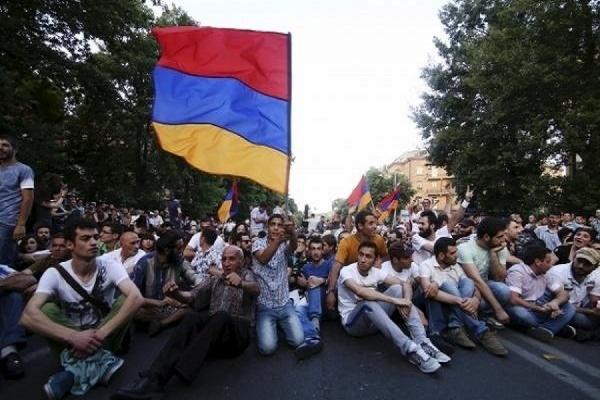 В центре Еревана продолжились два протестных собрания