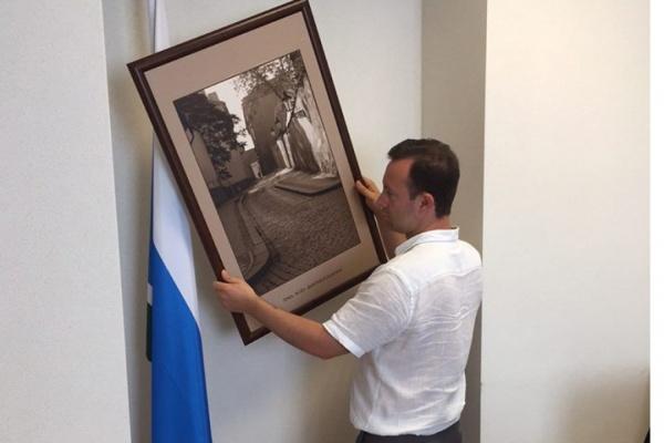 «В парламенте не могут висеть снимки убийцы». Депутат ЗакСО снимает со стен кабинета работы Лошагина