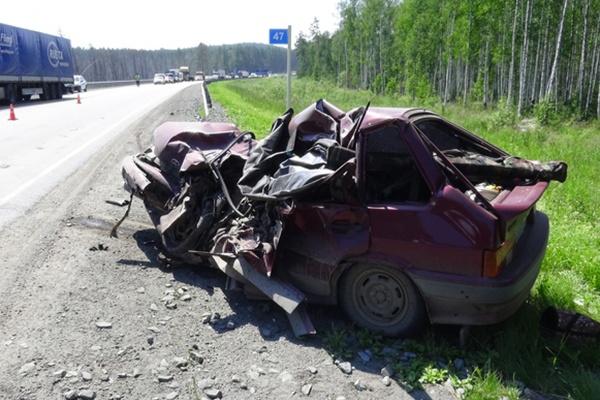 На Серовском тракте грузовик раздавил «четырнадцатую». Погиб водитель легковушки