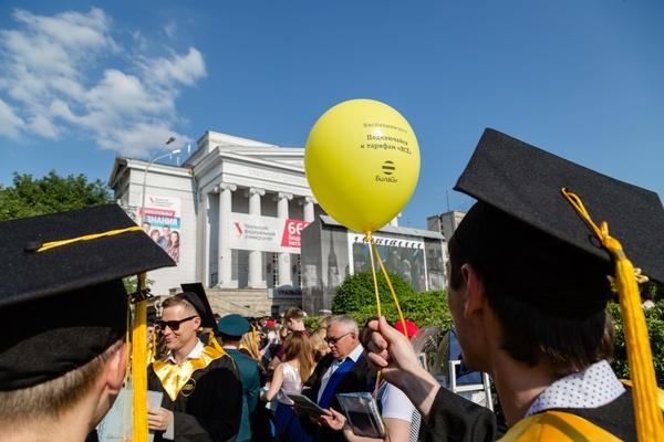 Всем дипломы! Пять с половиной тысяч выпускников Уральского федерального университета с размахом отметили окончание вуза