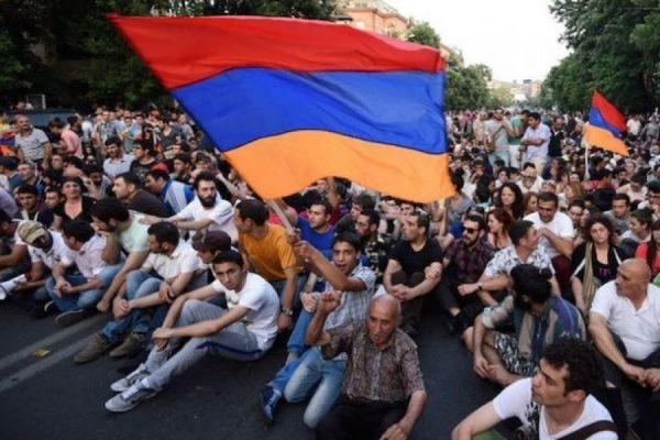 На проспекте Баграмяна в центре Еревана осталось несколько десятков демонстрантов