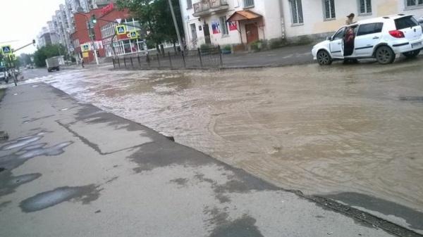 «Шел на работу, чуть не утонул». Улицу Уральских рабочих залило холодной водой