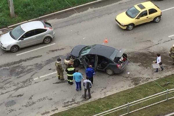 На Щербакова Chevrolet протаранил дорожное ограждение