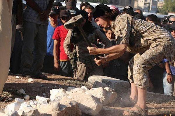 Боевики ИГ разбили кувалдами шесть древних статуй в сирийской Пальмире