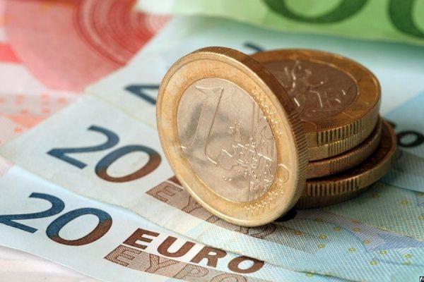 Официальный курс евро вырос на 18 копеек - до 61,74 рубля
