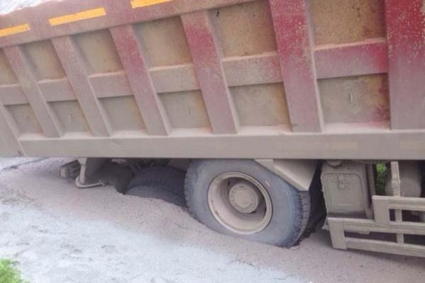 На Сортировке грузовик провалился в асфальт
