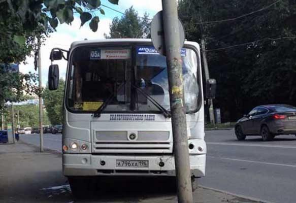 В центре Екатеринбурга автобус въехал в столб