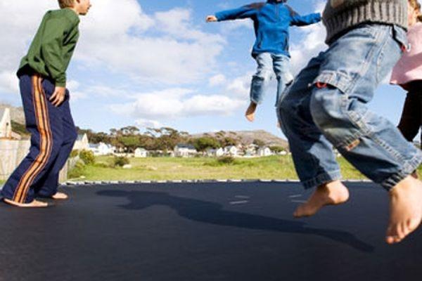 В Эстонии ветер поднял батут с детьми на несколько метров в высоту, два ребенка погибли