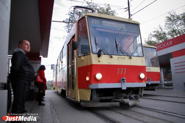 В центре Екатеринбурга Kia не поделил дорогу с трамваем