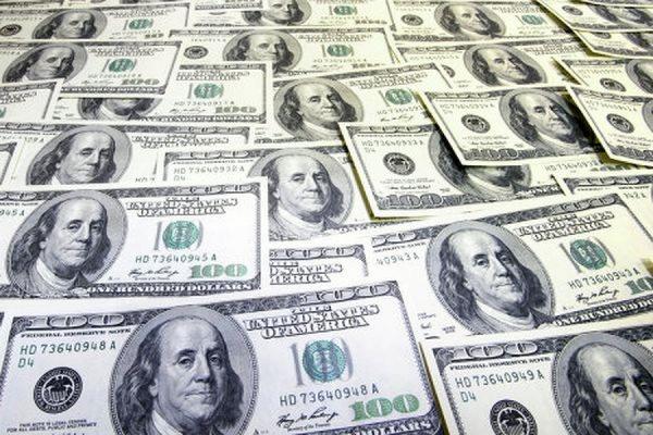Официальный курс доллара впервые с апреля поднялся выше 57 руб