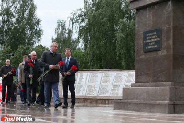 Дмитрий Рогозин приехал на «ИННОПРОМ» и открыл памятник в Верхней Пышме