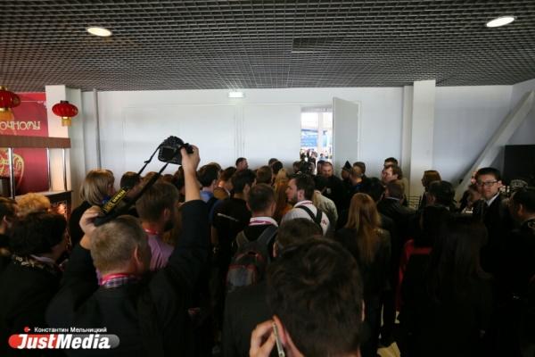 «Я больше к вам не приеду!». Охрана вытолкала китайскую делегацию из-за приезда Медведева  на «ИННОПРОМ»
