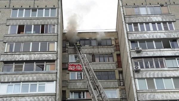 В Екатеринбурге в двенадцатиэтажке на Решетникова сгорела квартира. Погиб человек