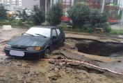 На Репина после потопа на полтора метра вглубь земли провалился асфальт. ФОТО