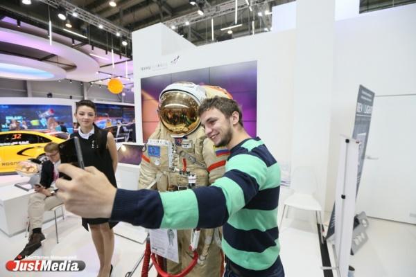 Мега-селфи от стюардесс и скафандр для открытого космоса. JustMedia сделал подборку самых популярных экспонатов для ярких кадров с ИННОПРОМа