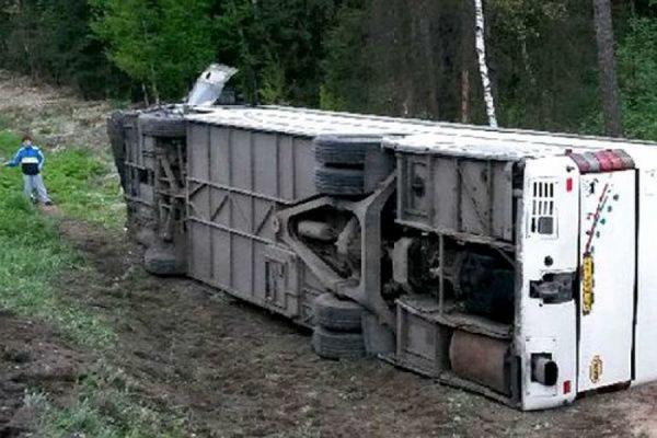 В Ростовской области перевернулся пассажирский автобус, 10 человек пострадали