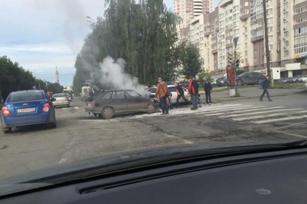 В Екатеринбурге «Ауди» и «четырнадцатая» не поделили дорогу. Одна из машин загорелась