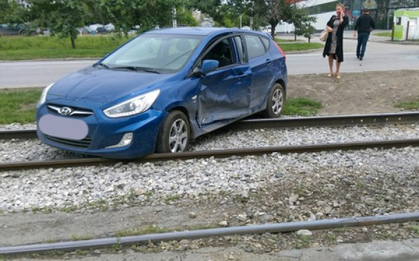 На ЖБИ из-за столкновения двух машин встали трамваи