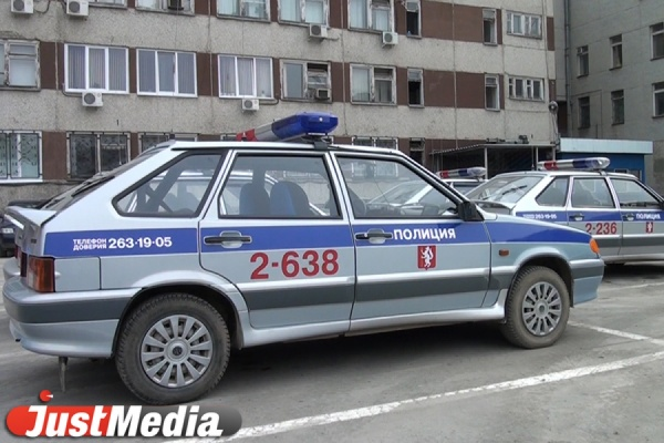 Остановили только стрельбой: в Первоуральске пьяный водитель «пятерки» разбил две машины, снес знак и въехал в бордюр