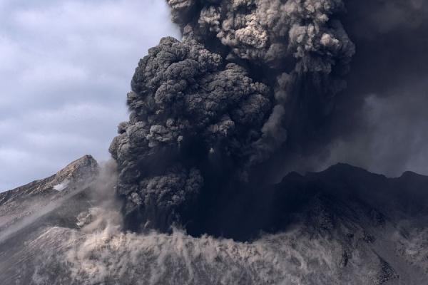 Вчера вечером камчатский вулкан выбросил столб пепла на 8 км