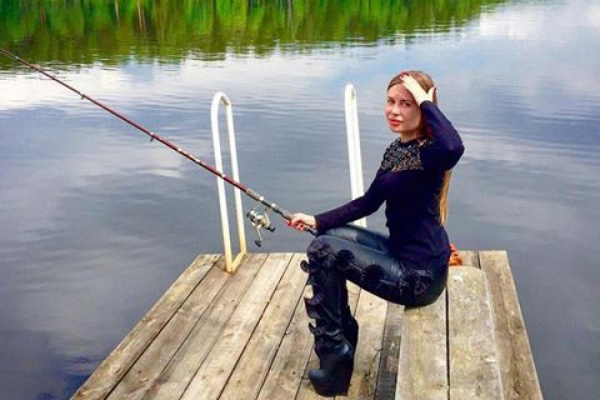 Звезда шоу «Уральские пельмени» Юлия Михалкова отметила 32-летие на рыбалке