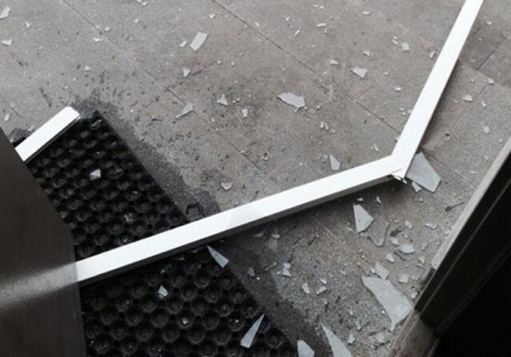 На Краснолесья в девятнадцатиэтажке ветром вырвало окно и перевернуло остановку
