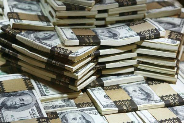 Официальный курс доллара США вырос до 56,98 рубля