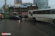 На Малышевском кольце «девятка» не поделила дорогу с троллейбусом. Образовалась пробка