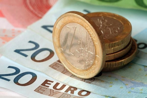 Официальный курс евро опустился ниже 62 рублей