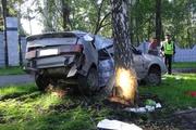 В Екатеринбурге «четырнадцатую» намотало на дерево. Один из пострадавших в шоковом состоянии