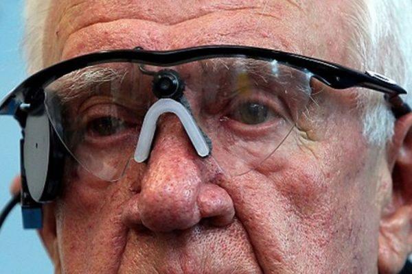 В Великобритании человеку впервые пересадили искусственный глаз
