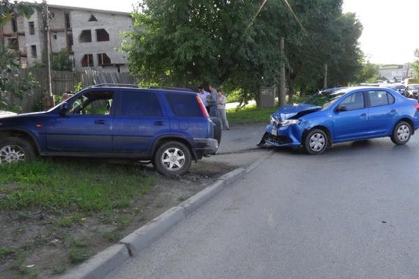 В Екатеринбурге водитель «Хонды» протаранил иномарку с женщиной и ребенком