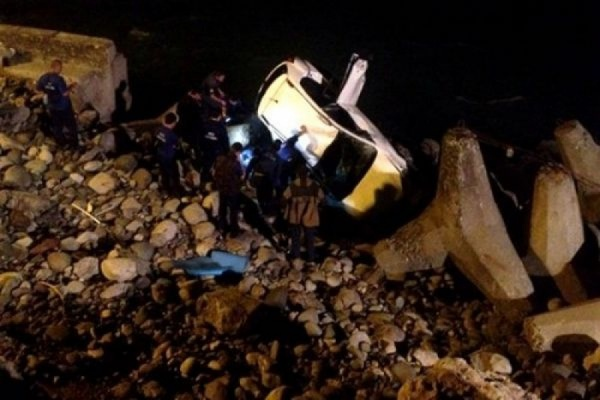 В горах Абхазии спасатели ищут девочку, пропавшую после падения машины с обрыва