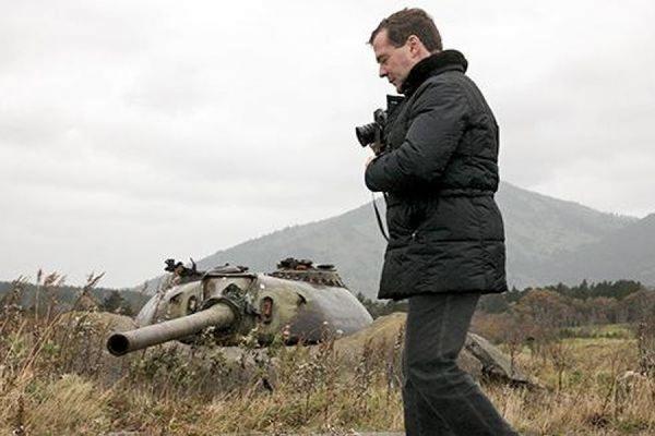 Глава МИД Японии попросил Медведева отменить поездку на Курильские острова