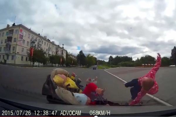 В Лесном Volkswagen сбил коляску с тремя детьми. СТРАШНОЕ ВИДЕО