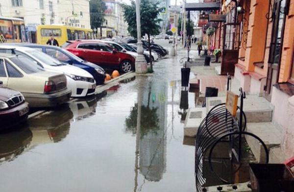 В центре Екатеринбурга прорвало канализацию