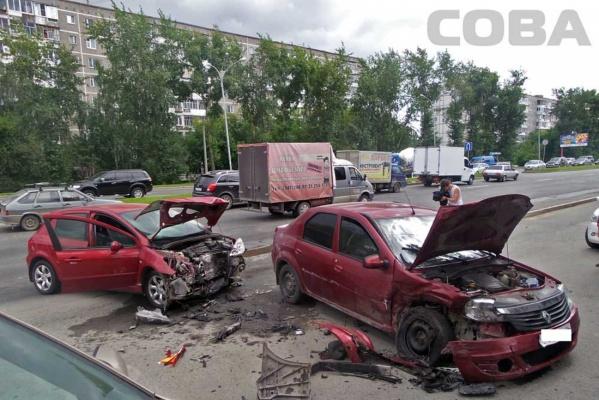 На Серафимы Дерябиной автоледи вытолкнула Renault на встречку. ФОТО
