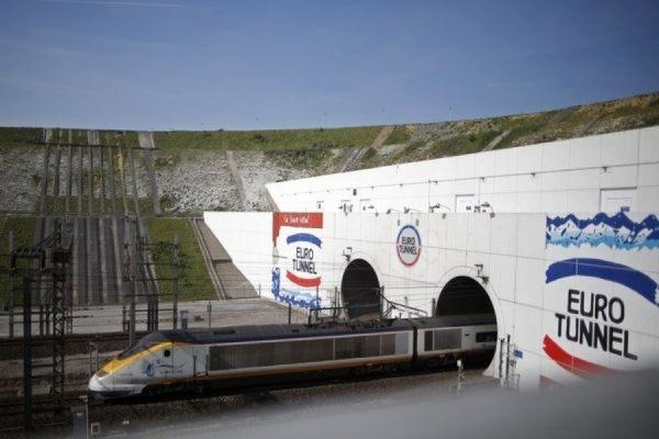 Более двух тысяч нелегальных иммигрантов пытались взять штурмом туннель под Ла-Маншем