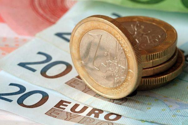 Официальный курс евро снизился до 64,65 рубля