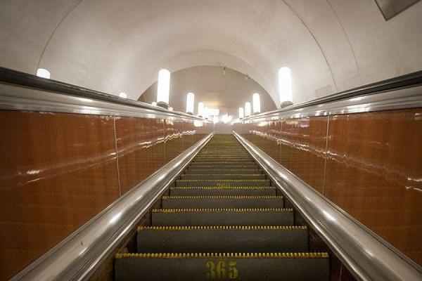 В московском метро молодой человек лишился пальцев, помогая девушке поднять телефон