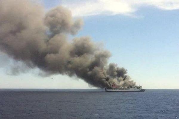На севере Японии загорелся паром с почти 100 пассажирами на борту
