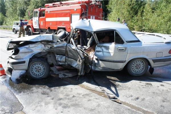 Под Нижним Тагилом «Волга» протаранила ограждение и встречный автомобиль. ФОТО