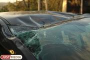 Под Сысертью, врезавшись в прицеп длинномера, погиб водитель иномарки