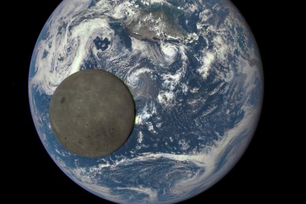 НАСА показало снимки обратной стороны Луны на фоне Земли