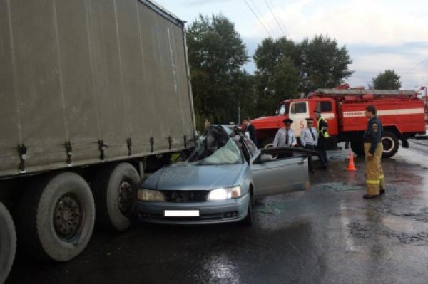 В Екатеринбурге легковушка влетела в припаркованную на обочине фуру