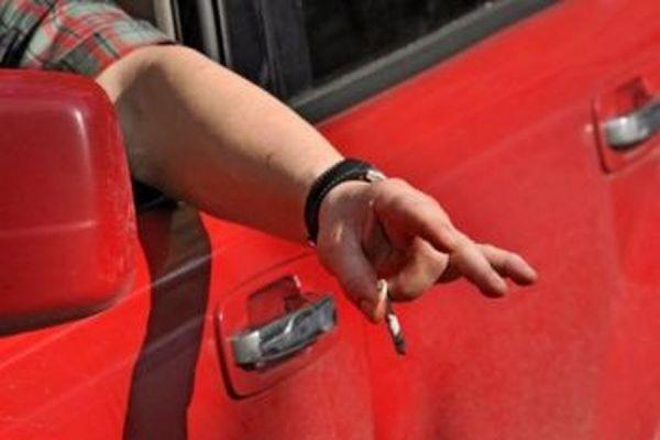 В Госдуме предлагают штрафовать за выбрасывание окурков из автомобилей