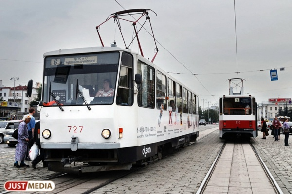 В центре Екатеринбурга загорелся трамвай. ФОТО