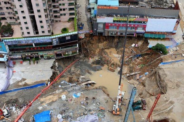 В китайском городе Дунгуань провалилась под землю строящаяся станция метро