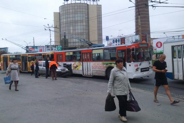 На Малышева-Восточной столкнулись троллейбус и внедорожник
