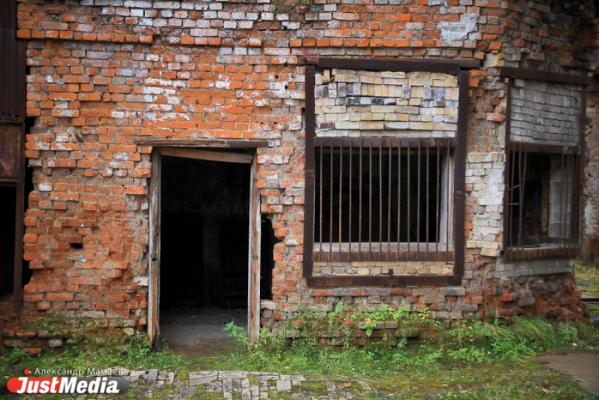 В Красноуфимске на заброшенной ферме на подростка обрушилась кирпичная стена